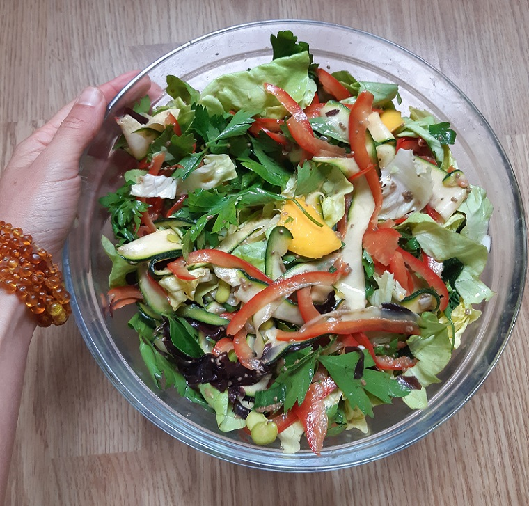 Spring #healthy vegan salad with courgettes, peppers, parsley, mango and more