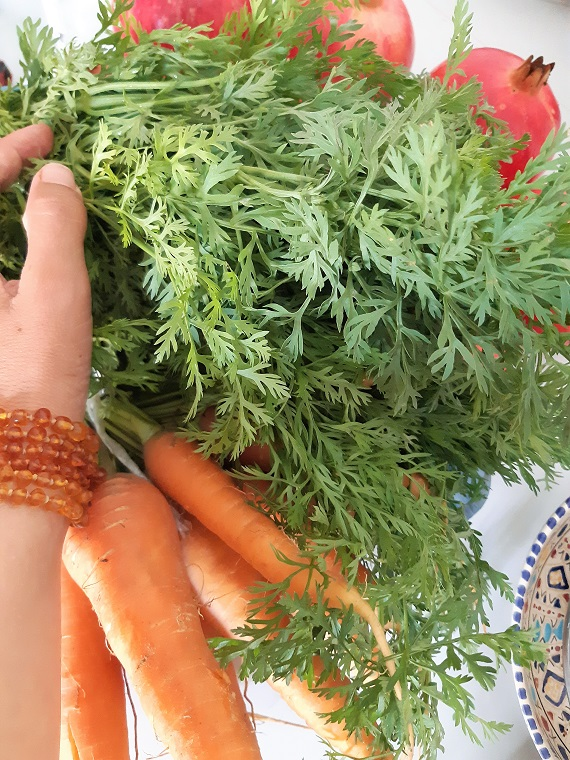 How to use #carrots greens in a #juice ? raw vegan recipe for you