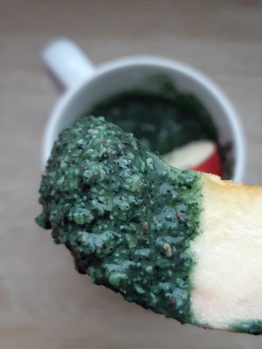 Spirulina cashew nuts get married when bananas are nowhere to be found - improvised raw recipe